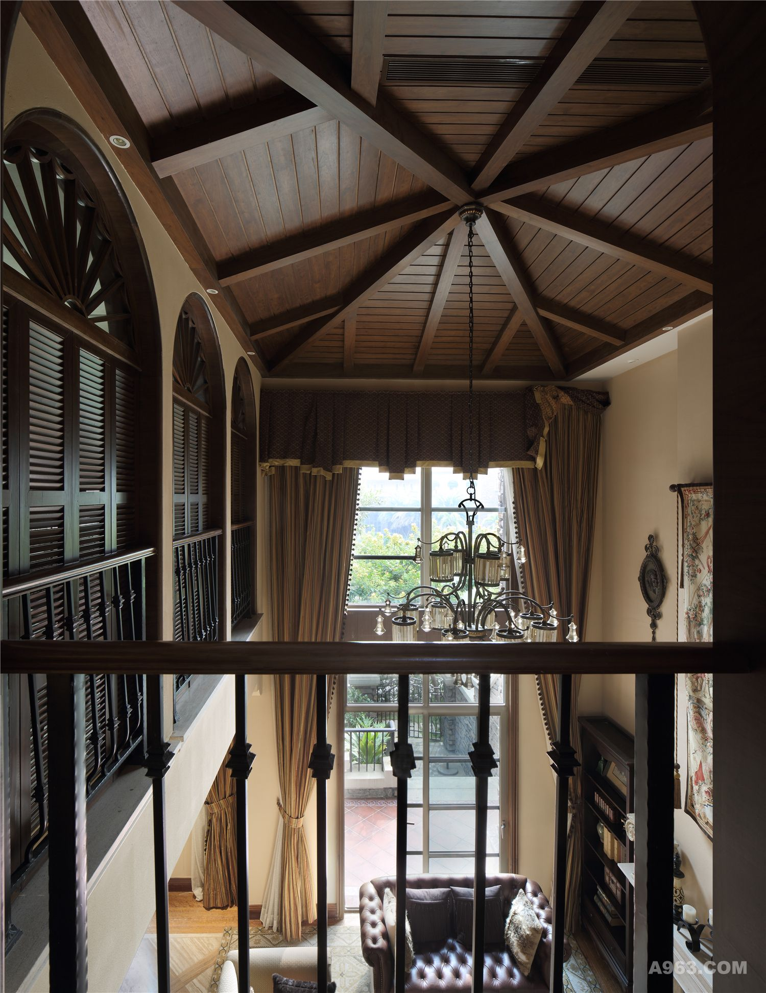 ▲ 倍显立体感的斜屋顶的拼接尤考基本功夫,得益于自有工厂的优势,传家工匠们把材料直接搬到现场进行制作,力求做到完美契合。